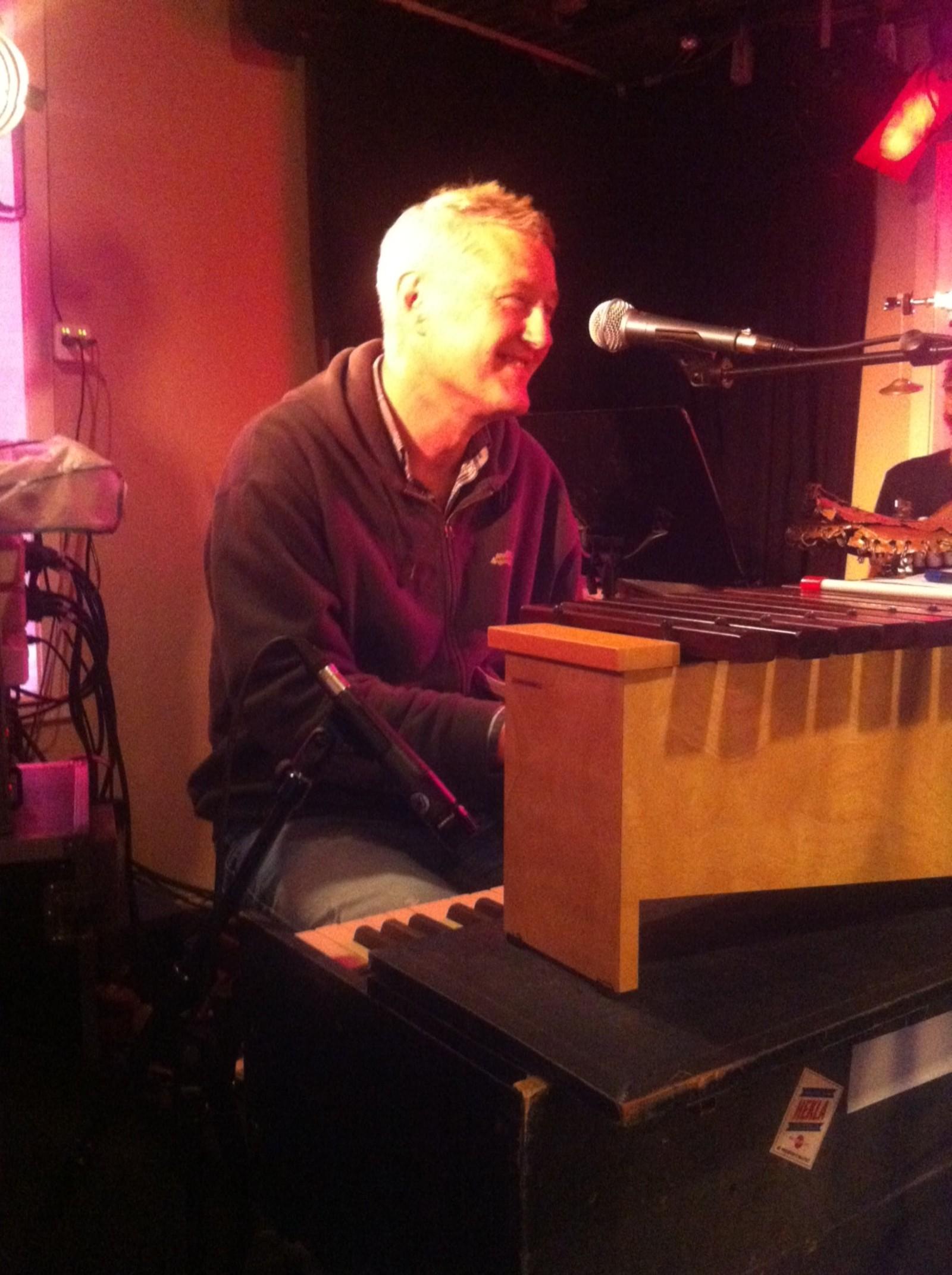 Arne Berg må steppe inn på en sound check i Harstad under festspillene i 2013.
