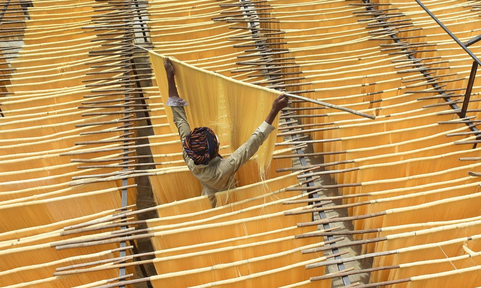 En mann tørker nudler som skal brukes etter fasten i Lahore.