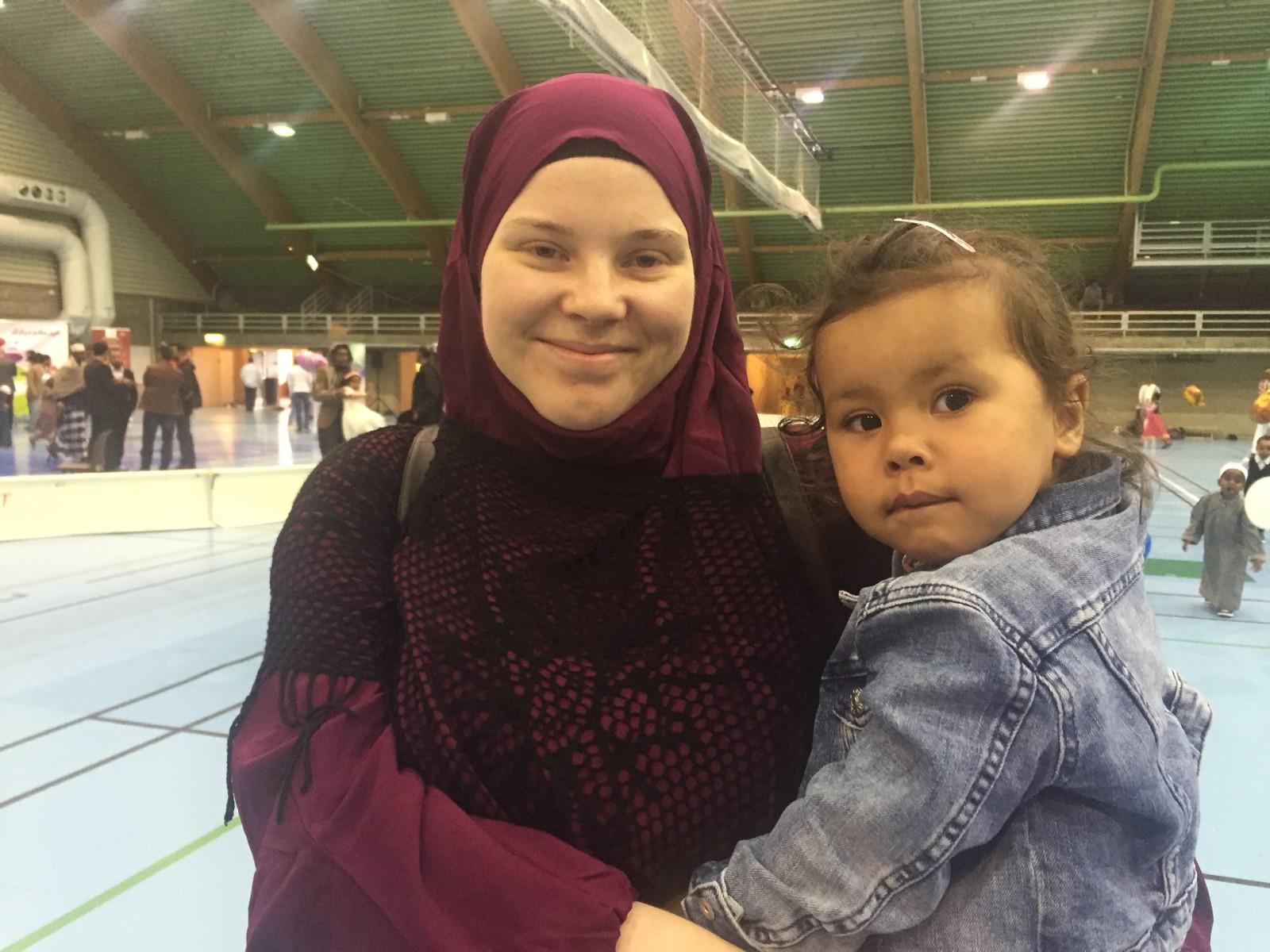 Silje Nilsen er opprinnelig fra Oslo, men har tilbrakt deler av Ramadan i Tromsø sammen med datteren Aisha (1 1/2 år)  - Det har vært mye lettere å faste i Nord-Norge der solen aldri går ned, for da kan man slutte fasten klokken 19 om kvelden. I Oslo faster man til klokken 23, sier hun.