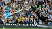 Tim Howard redder foran Edin Dzeko