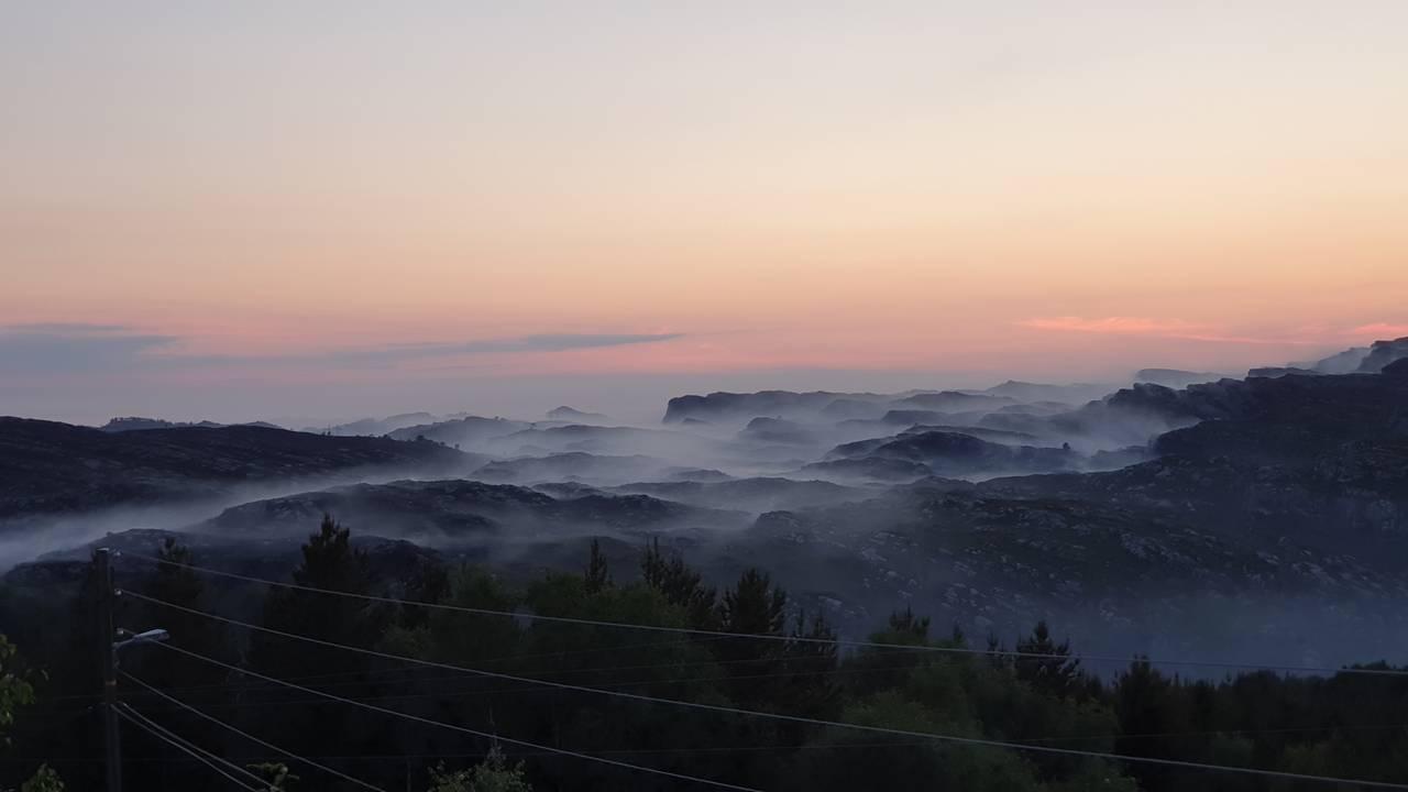 Røylagt terreng og solnedgang i bakgrunnen i Sotra i Øygarden