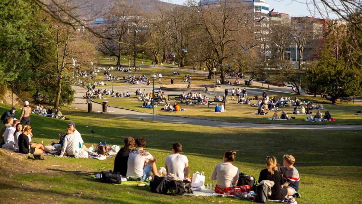 MANGE: Det har nok vore både varmare og fleire folk i Nygårdsparken, men mange tok turen ut i sola sundag.