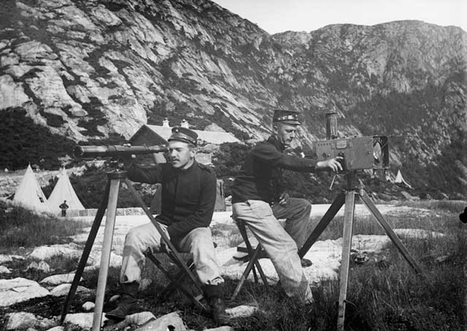 KVARVEN FORT: Kvarven fort var bemannet med 33 offiserer og 279 korporaler og menige i 1940. Fortet skjøt mot skipene da de seilte inn mot Bergen kl. 03.58 om natten. Her ser du norske styrker øve før krigen.