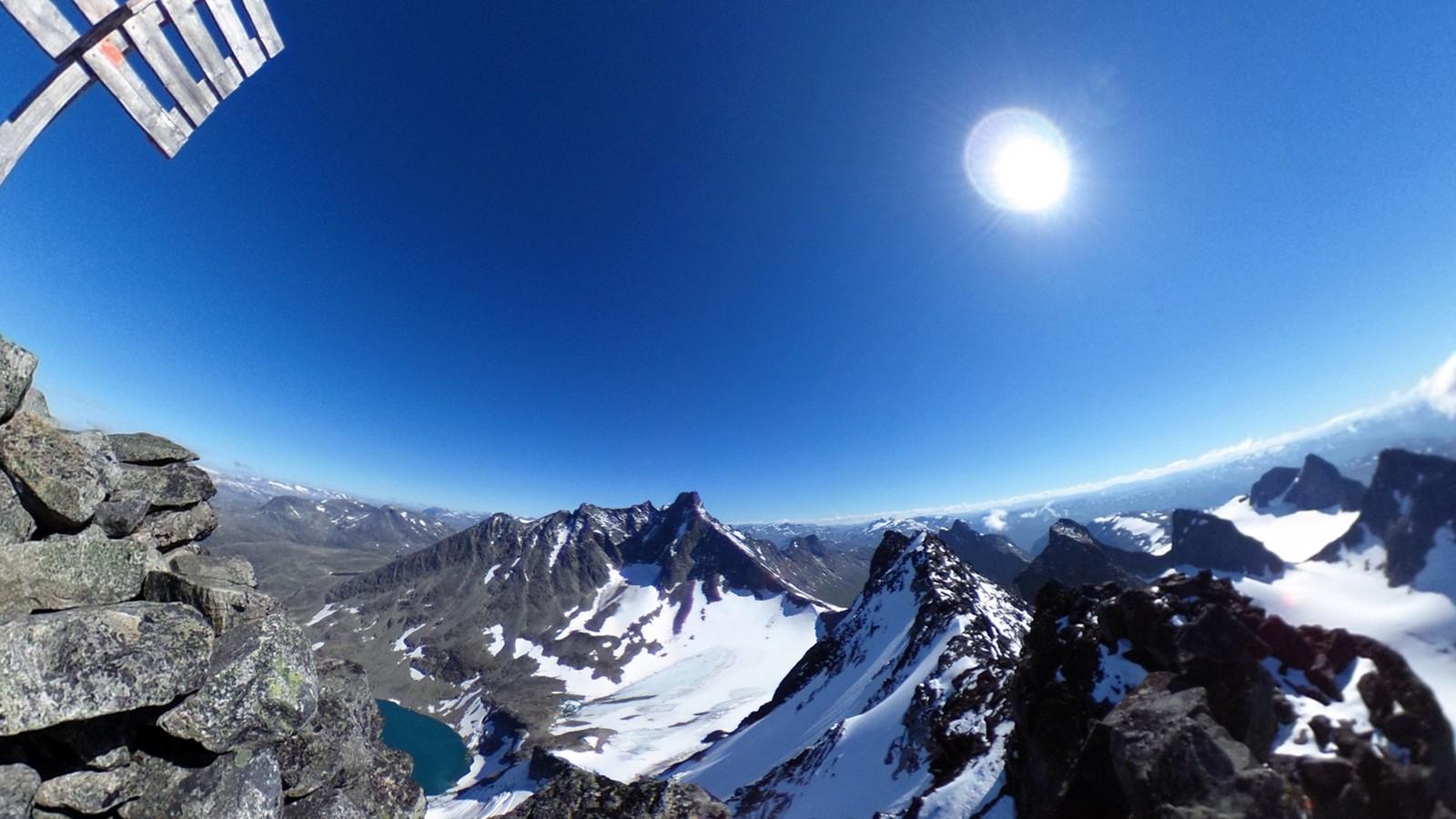 Store Dyrhaugstinden er det største av Dyrhaugstindane i Jotunheimen i Luster. Fjellet har ei høgde på 2.150 meter over havet.