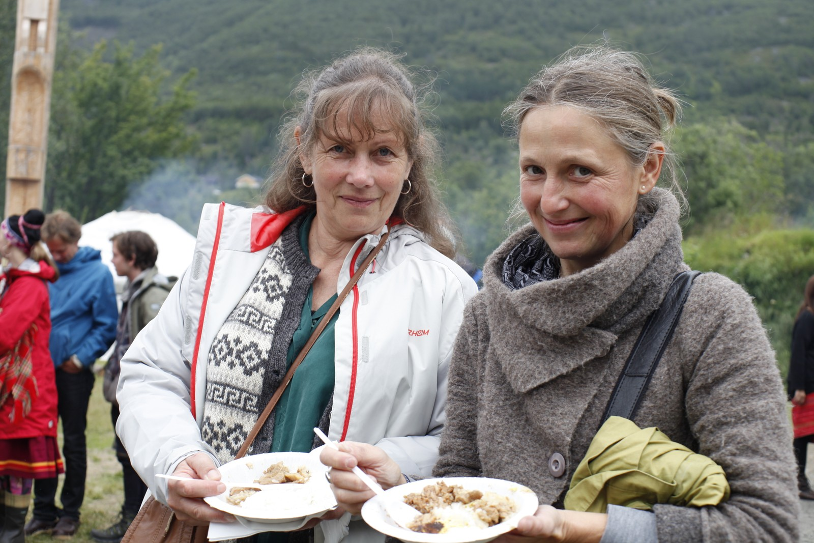 Kjersti Seim fra Oslo (t.v) og Kjerstin Kribe fra Tyskland, likte maten fra Taiwan. - Det er en god kryddersmak, men det er ikke sterkt. Det var en fantastisk fin oppvisning som vi fikk være med på, og vi har lært så mye om urfolksgruppene i Taiwan, sa de.