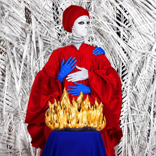 10 verk inngår i det fotoessayet Aida Mulunehhar laget for Nobels Fredssenter. Dette bildet handler om hvordan brenning av avlinger ble brukt som et våpen i Vietnam-krigen.Foto: Aida Muluneh/Nobels Fredssenter