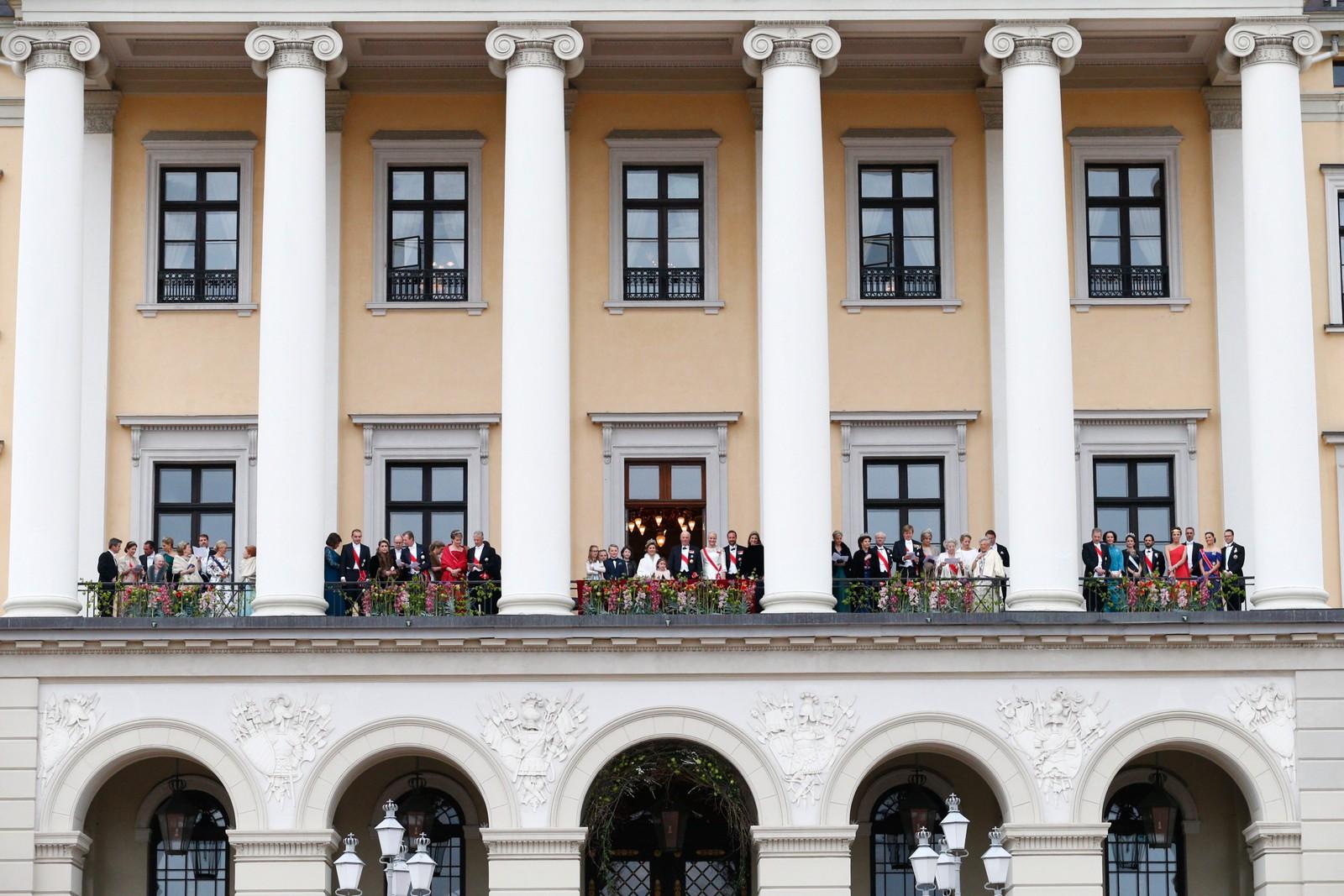 Underholdning på slottsplassen i anledning kongeparets 80-årfeiring.