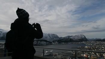 Lesley Green tar bilde av utsikta frå Fjellstua i Ålesund.