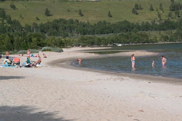 Badestranda Raudøre ligger like nedenfor Gjevilvasshytta - Foto: Fotograf Uten Navn