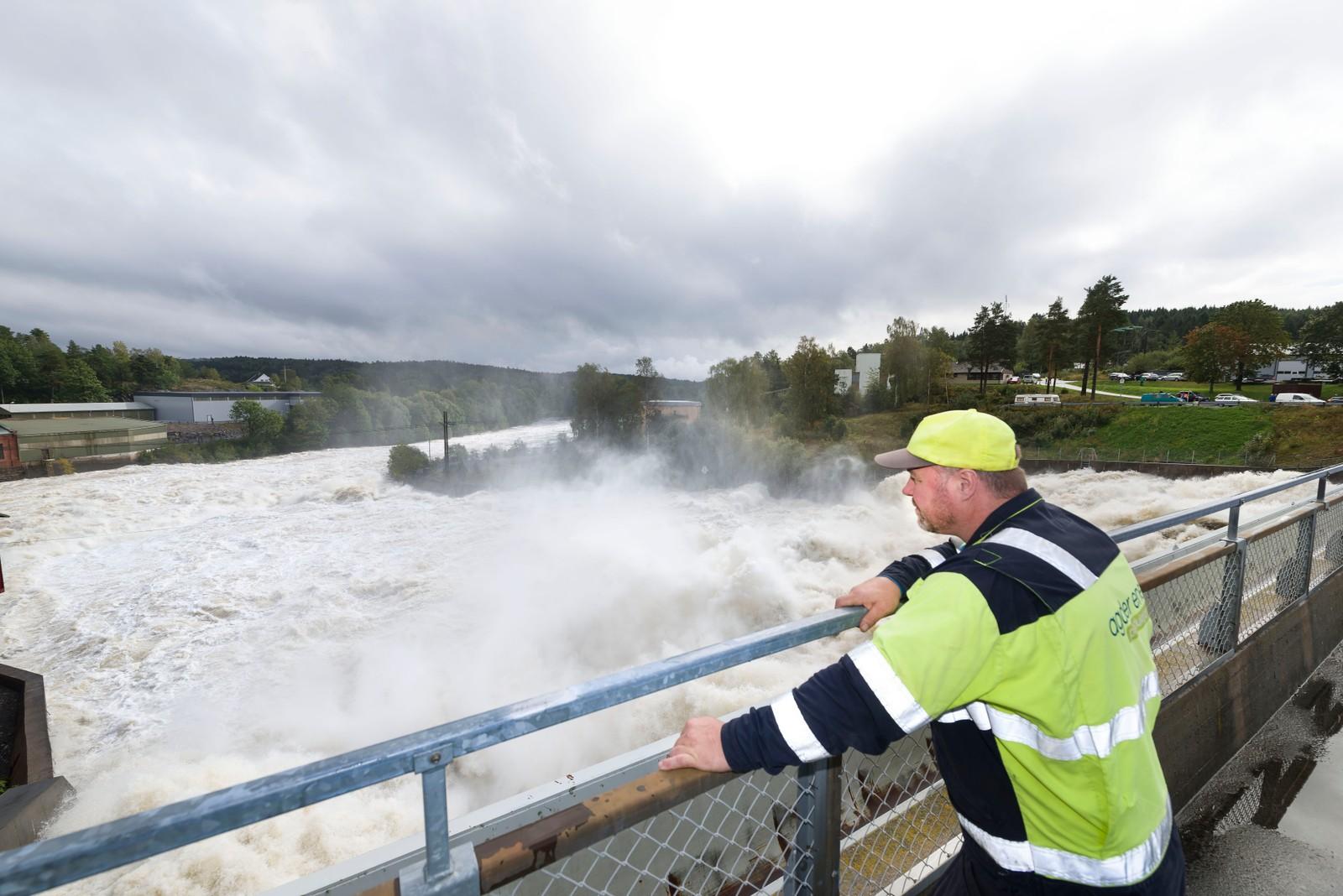 Store vannmengder ved Rygene kraftverk. Trygve Thaule står på demninga og vurderer vannmengdene.