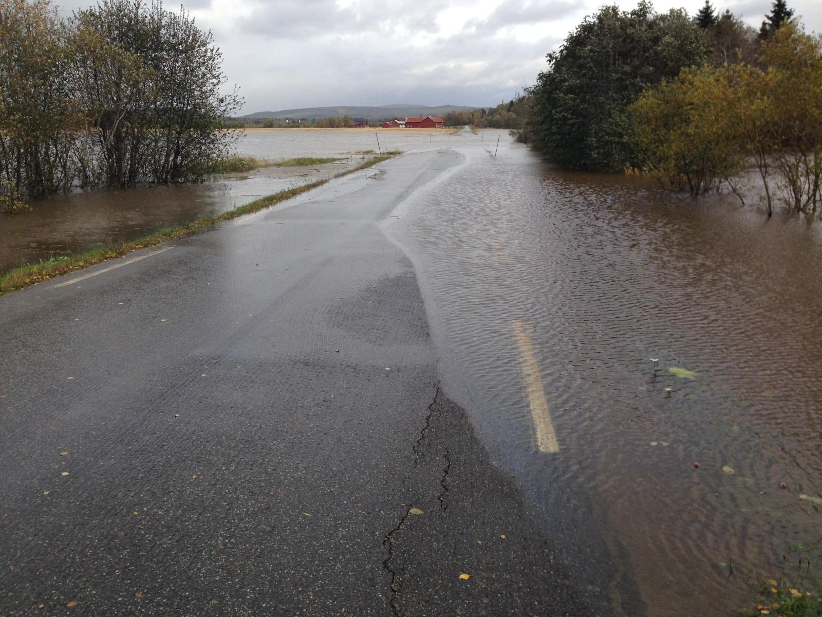 Fylkesveg 401 er stengt på Sørsida av Namsen i Overhalla på grunn av flommen.
