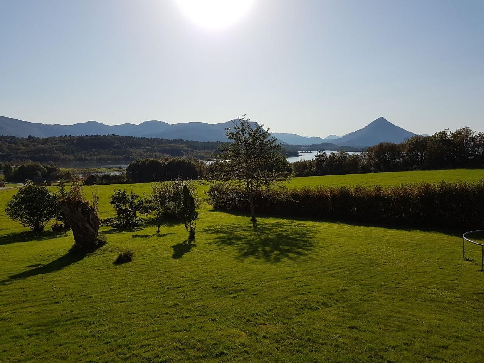 Frå verandaen på Holten i Elnesvågen.