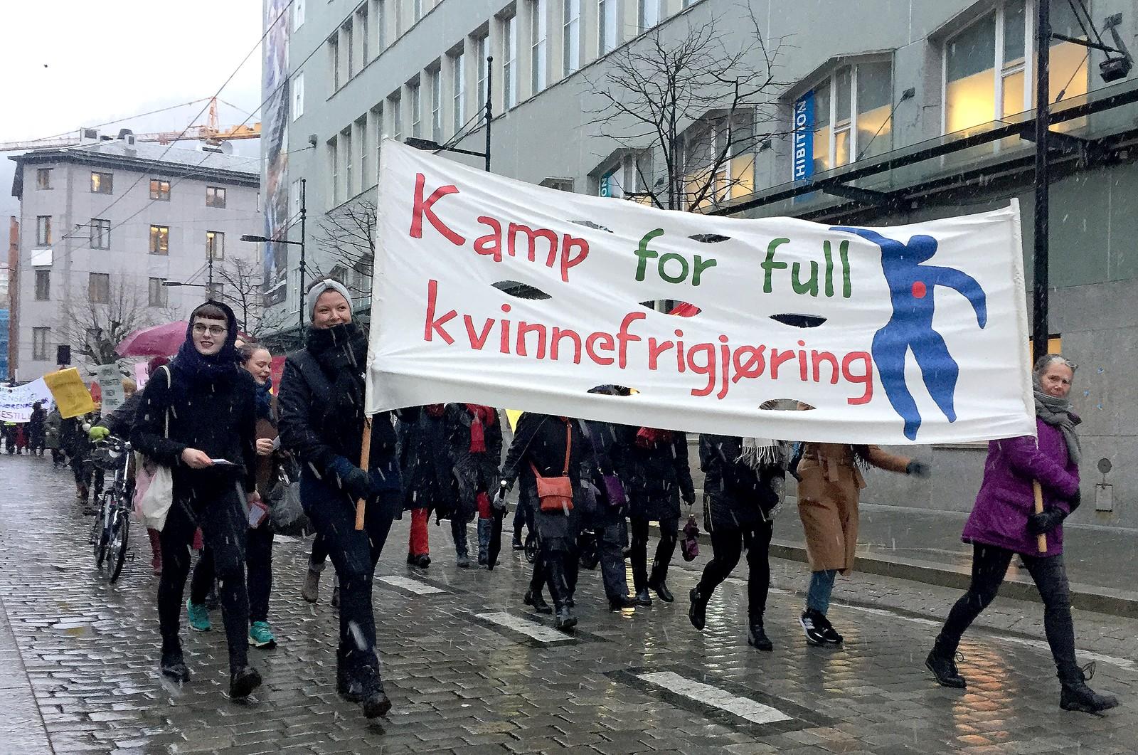 """Rundt 2000 gikk i tog under kvinnedagen i Bergen 2017, her i Olav Kyrres gate, med parolen """"Kamp for full kvinnefrigjøring""""."""