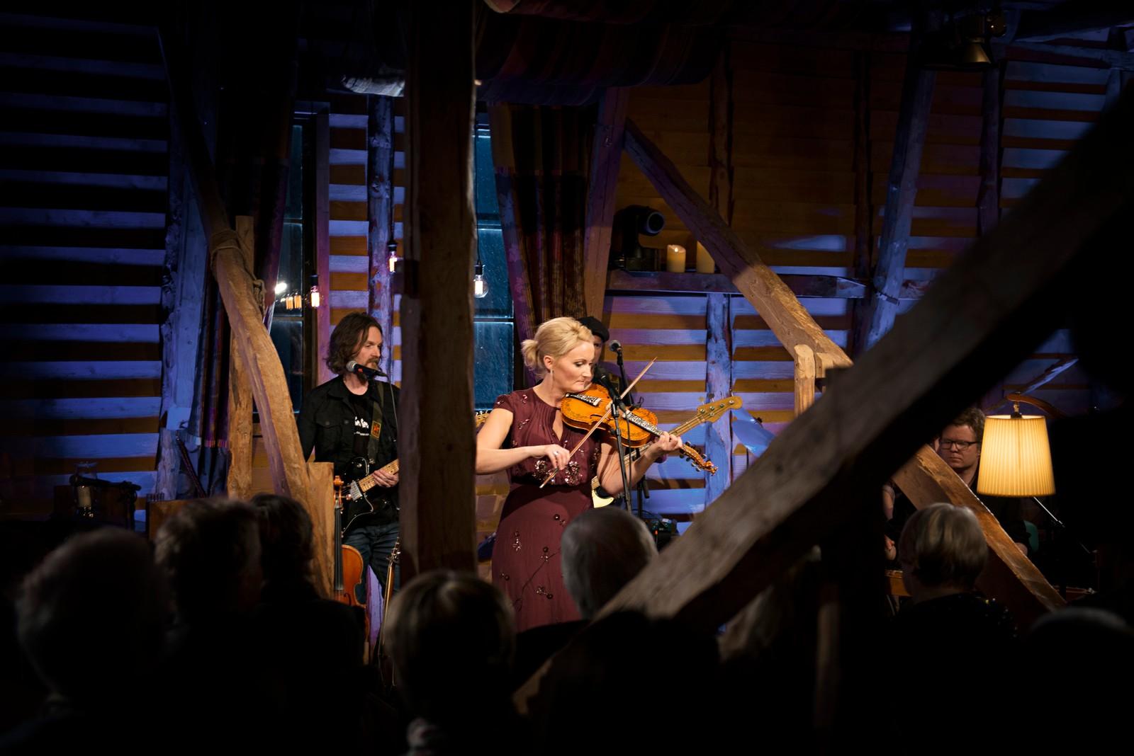 FELESPEL: Hardingfela til Sigrid vart flittig brukt under konserten.