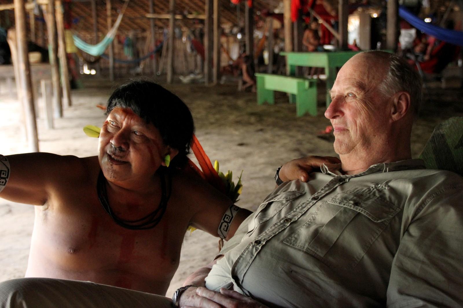 Kong Harald bodde med yanomami-indianerne i Amazonas i 2013.