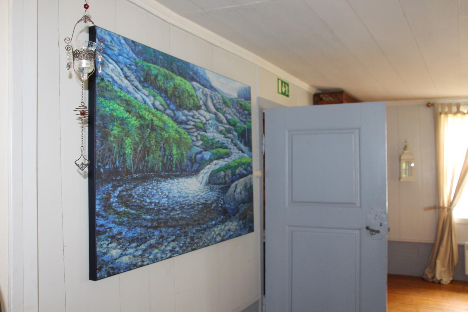 MALERI: Et av Marit Austerheims kunstverk pryder veggen.