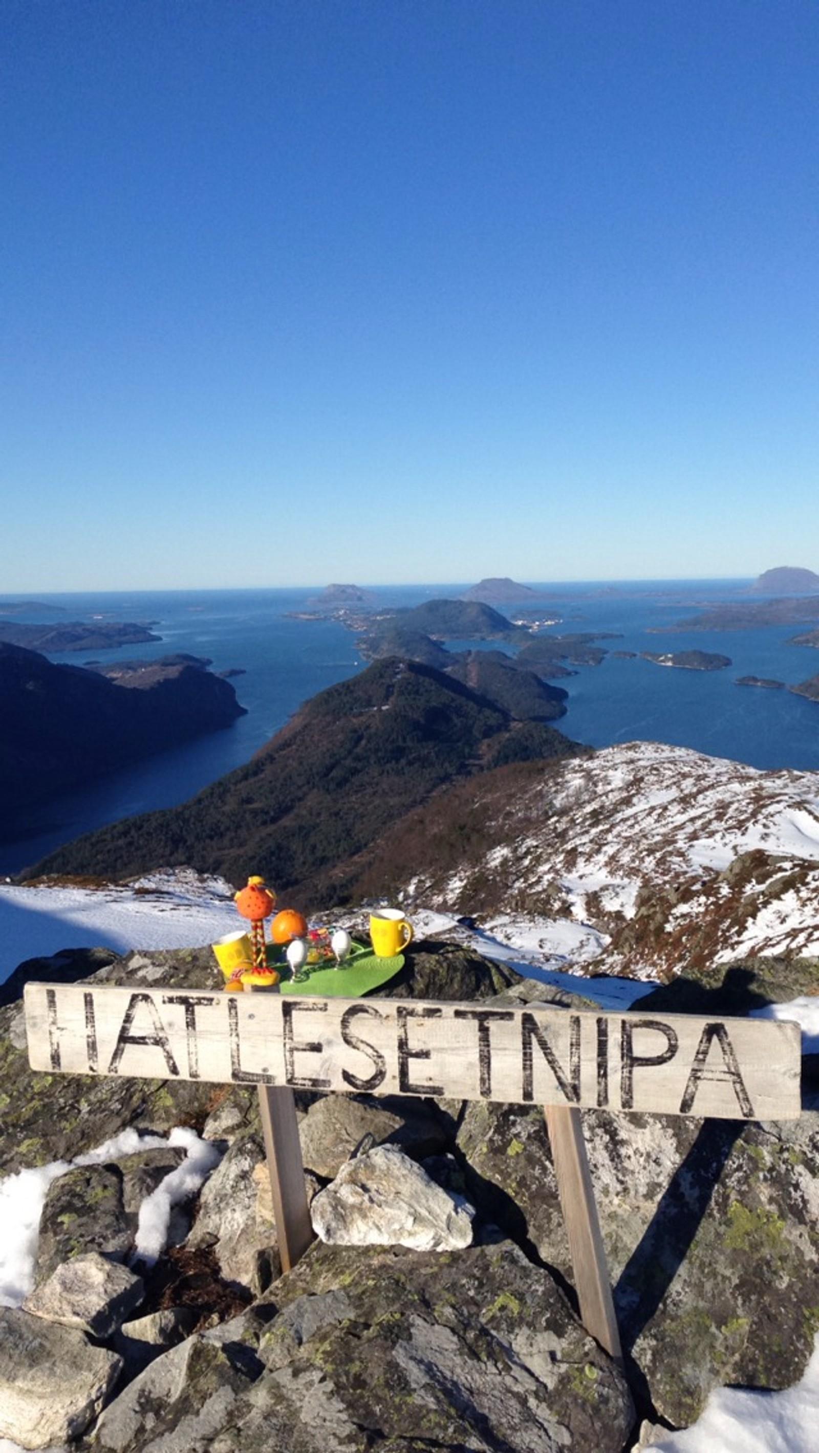 Påskefrukost 25. mars klokka 0855 på Hatlesetnipa 583 meter over havet med fantastisk utsikt mot Florø og skjærgarden i vest, skriv fotografen om biletet.