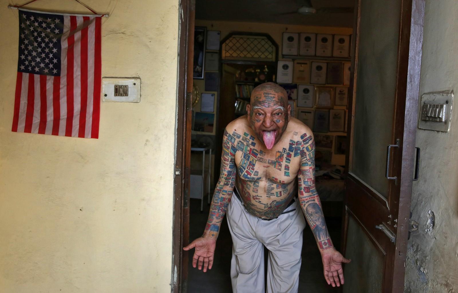 Guinness Rishi (74) skal være mannen med flest flagg, 366, tatovert på kroppen. Av navnet skjønner man kanskje at han er over gjennomsnittet interessert i å komme i verdensrekord-boka. 20 rekorder skal han ha satt, deriblant å kjøre scooter i 1001 timer og å fjerne alle tennene for å få plass til 500 sugerør.