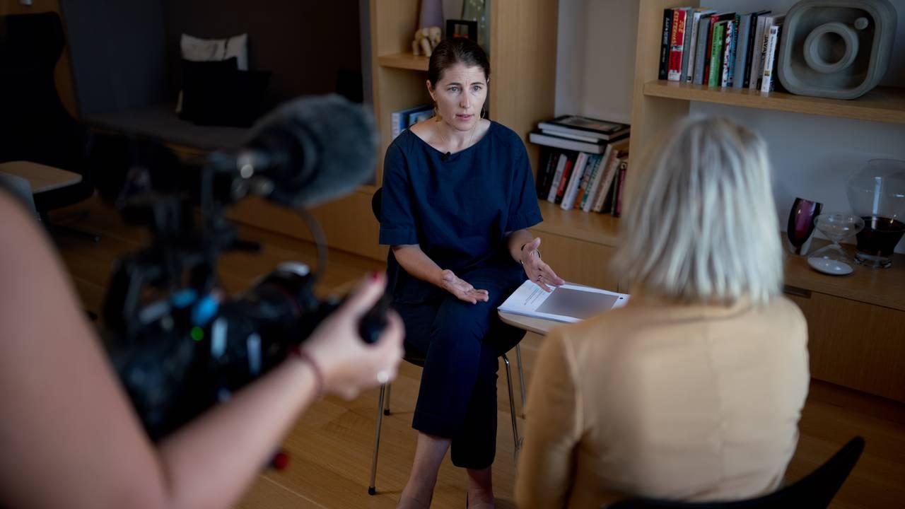 Bilde av Karina Newton, toppsjef for Instagrams retningslinjer; og journalist Anne Marte Moland. De sitter i et møterom og prater.
