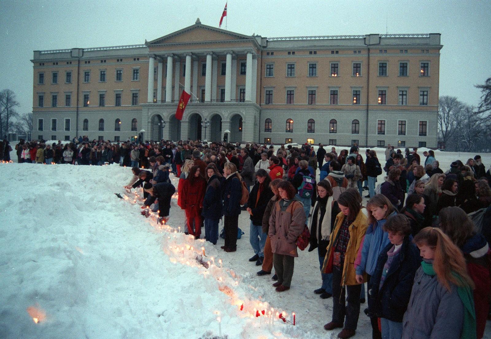 Utover dagen kom det flere og flere som tente lys og ble stående i ettertanke. PÅ slottes ses kongeflagget på halv stang med sørgeflor.