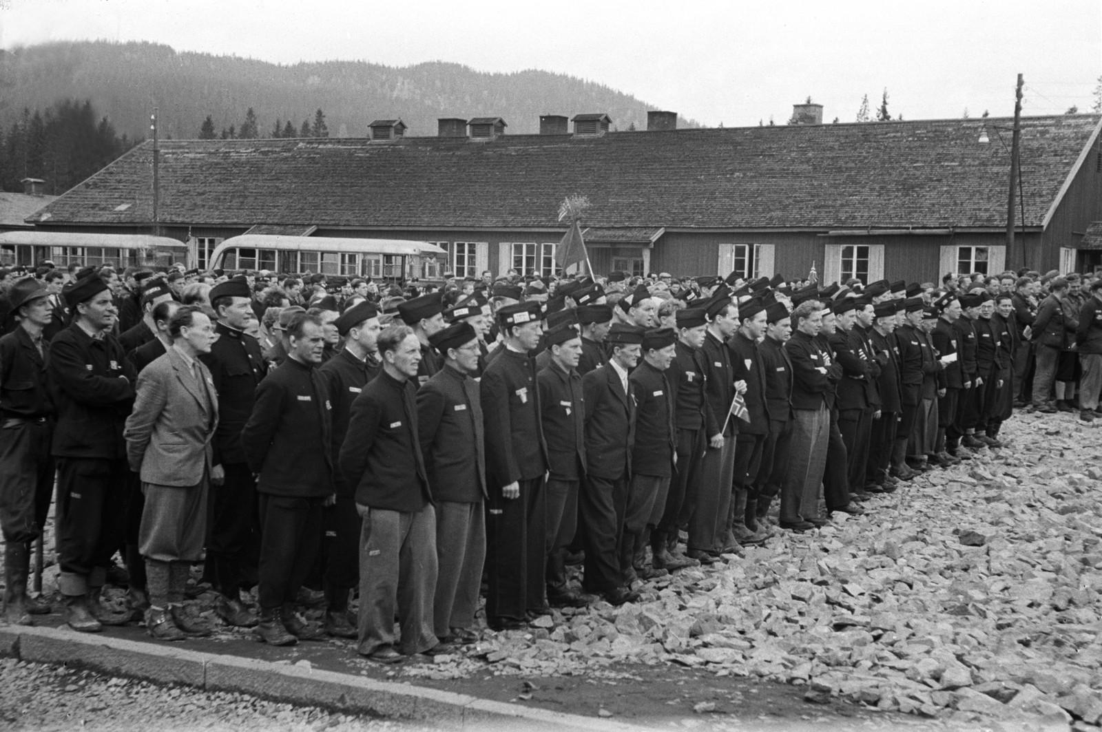 Fangene står oppstilt for sin siste appell, før de skal bli fraktet hjem i busser.