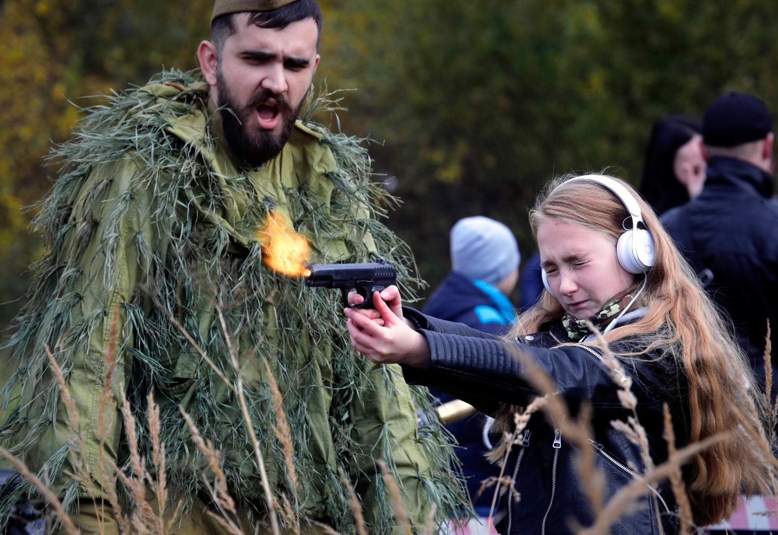 Barn fikk lov til å prøve ulike typer våpen under et militærshow i St. Petersburg.