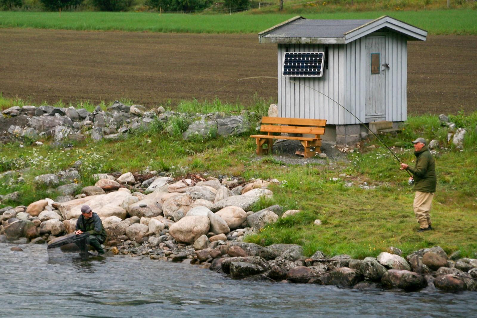 Kongens kleppar er klar og ventar på at den røynde sportsfiskaren kong Harald køyrer fisken mot land.