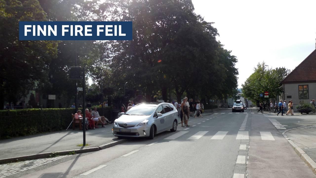 Finn fire feil. En bil står parkert i bybildet.