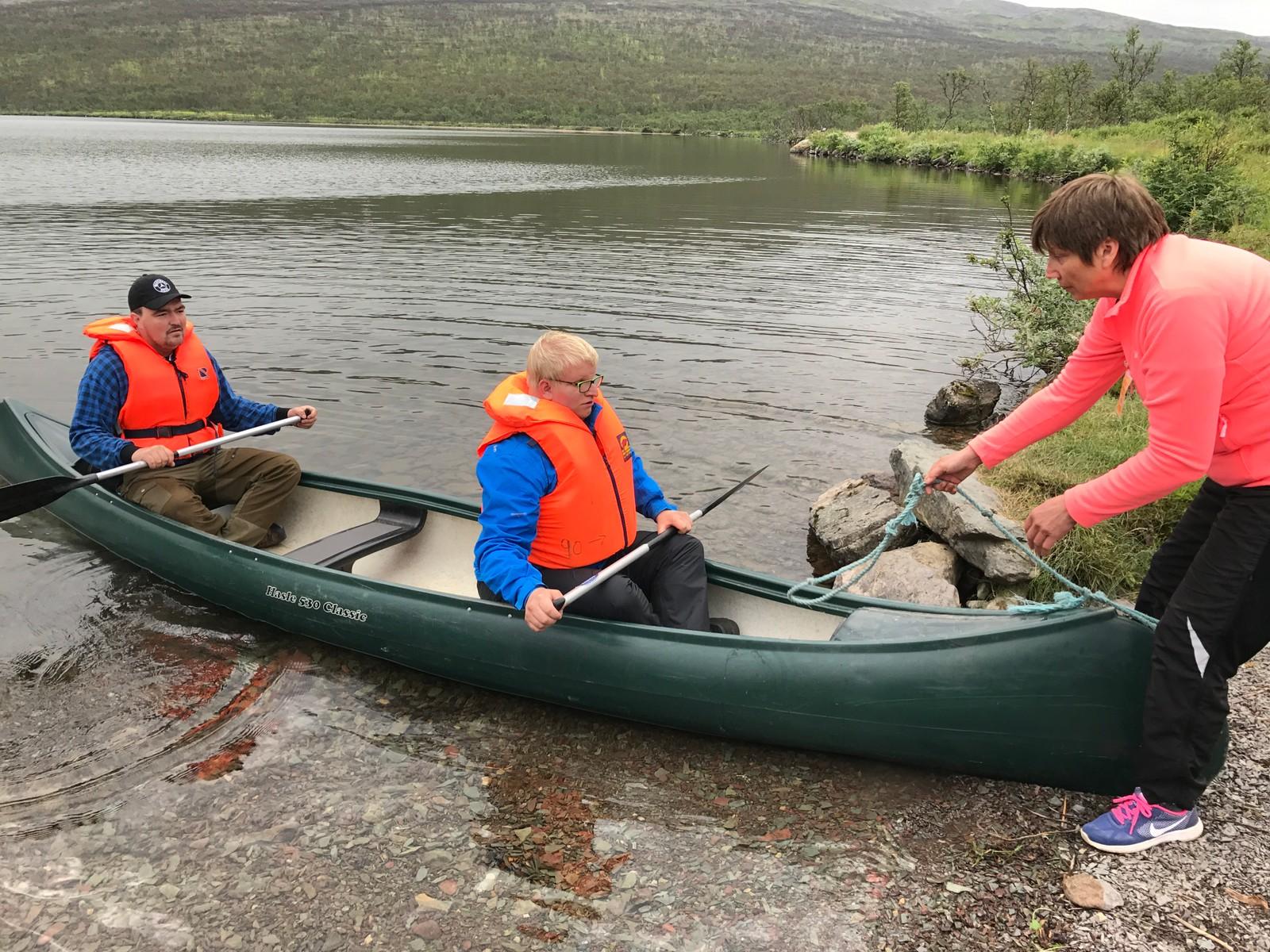 UT PÅ BØLJAN-BLÅ: Gunnar Stangeland (t.v.) og bestekompisen får boltre seg i kano på Harrevann. Dette er en av favorittaktivitetene.