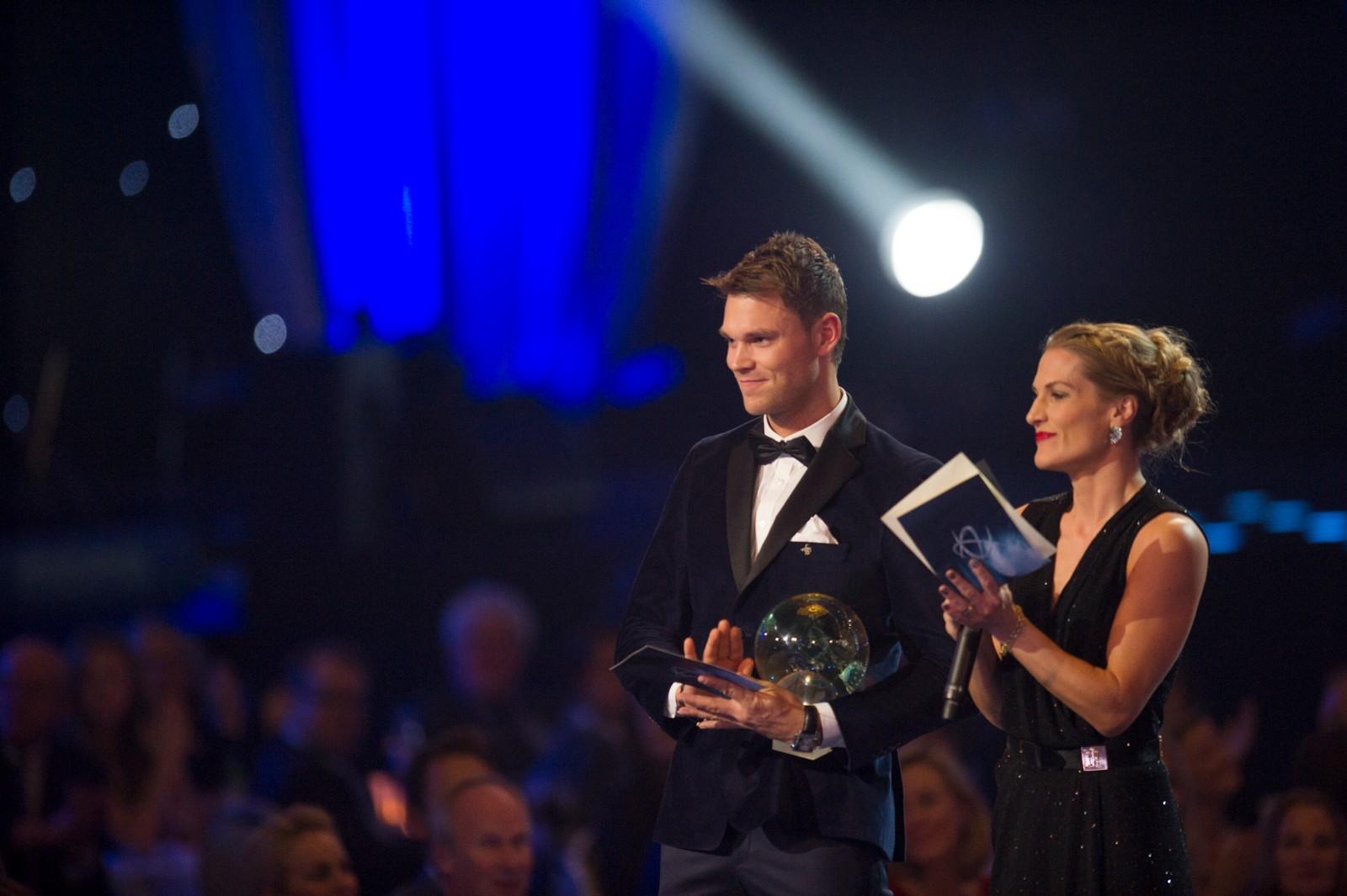 Kampsportutøver Thea Næss og rallykjører Andreas Mikkelsen deler ut prisen for «Årets forbilde» under Idrettsgallaen.