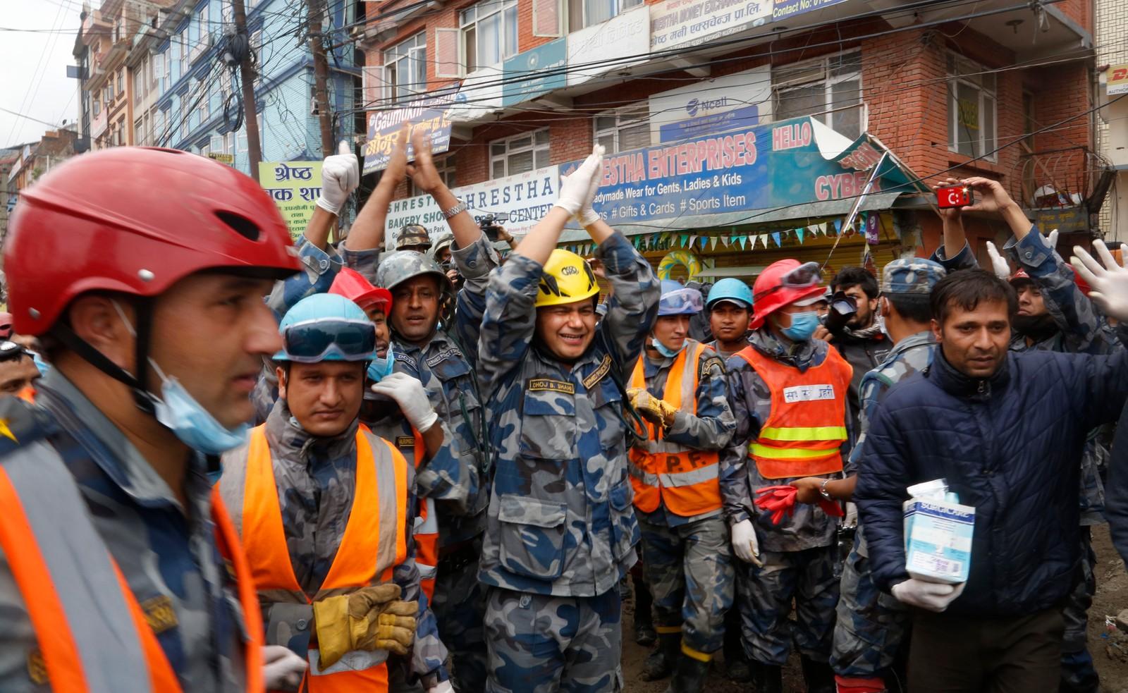 Nepalske redningsarbeidere feirer etter at de klarte å redde 15-åringen.