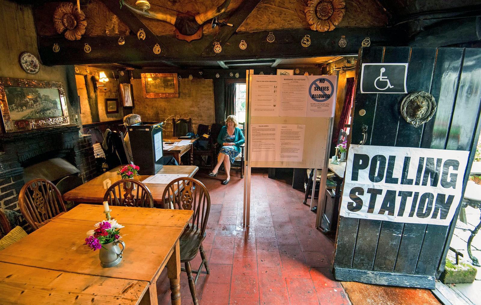 """Puben på White Horse Inn i Priors Dean i Hampshire er kjent som """"Puben uten navn"""". Det forhindrer ikke at den kan brukes som stemmelokale."""