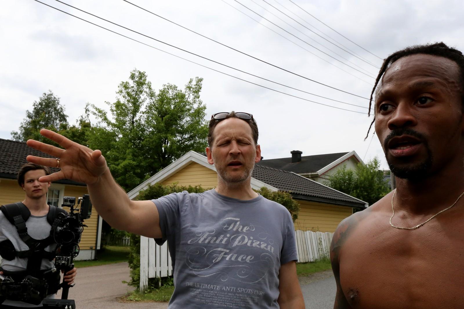 SKJORTELØS: Regissør Torgrim Grimstad instruerer Tshawe Baqwa, som forlengst har kasta skjorta i varmen.