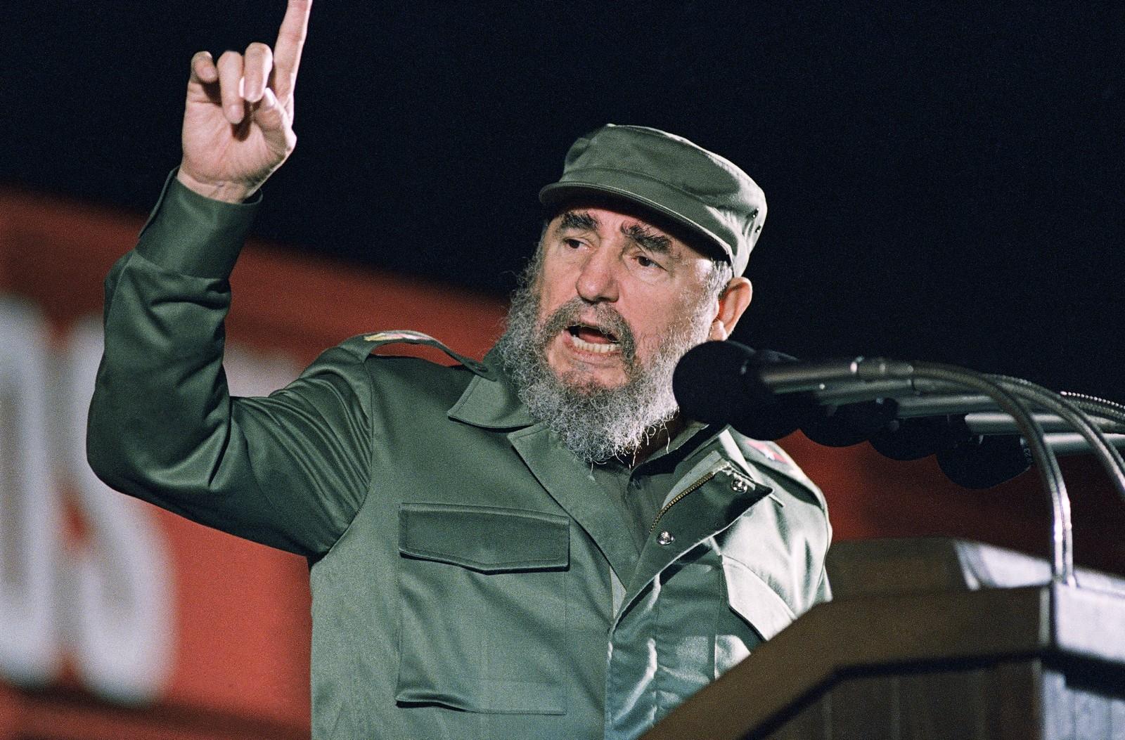 Fidel Castro slik verden var vant til å se ham, engasjert på en talerstol og ikledd sin grønne militæruniform. Her fra talen han holdt på 30-årsdagen for de revolusjonæres seier og maktovertakelse, 1. januar 1989.
