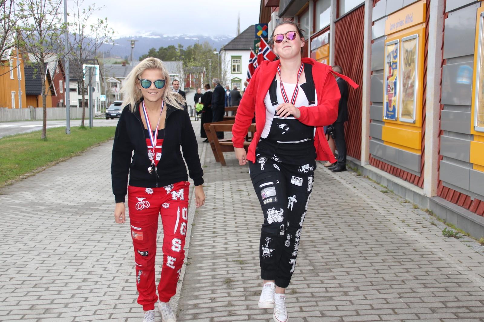 Raud- og svartruss i Rindal.Thea Mogset Rød og Eirin Mogset Svart kosar seg på nasjonaldagen.