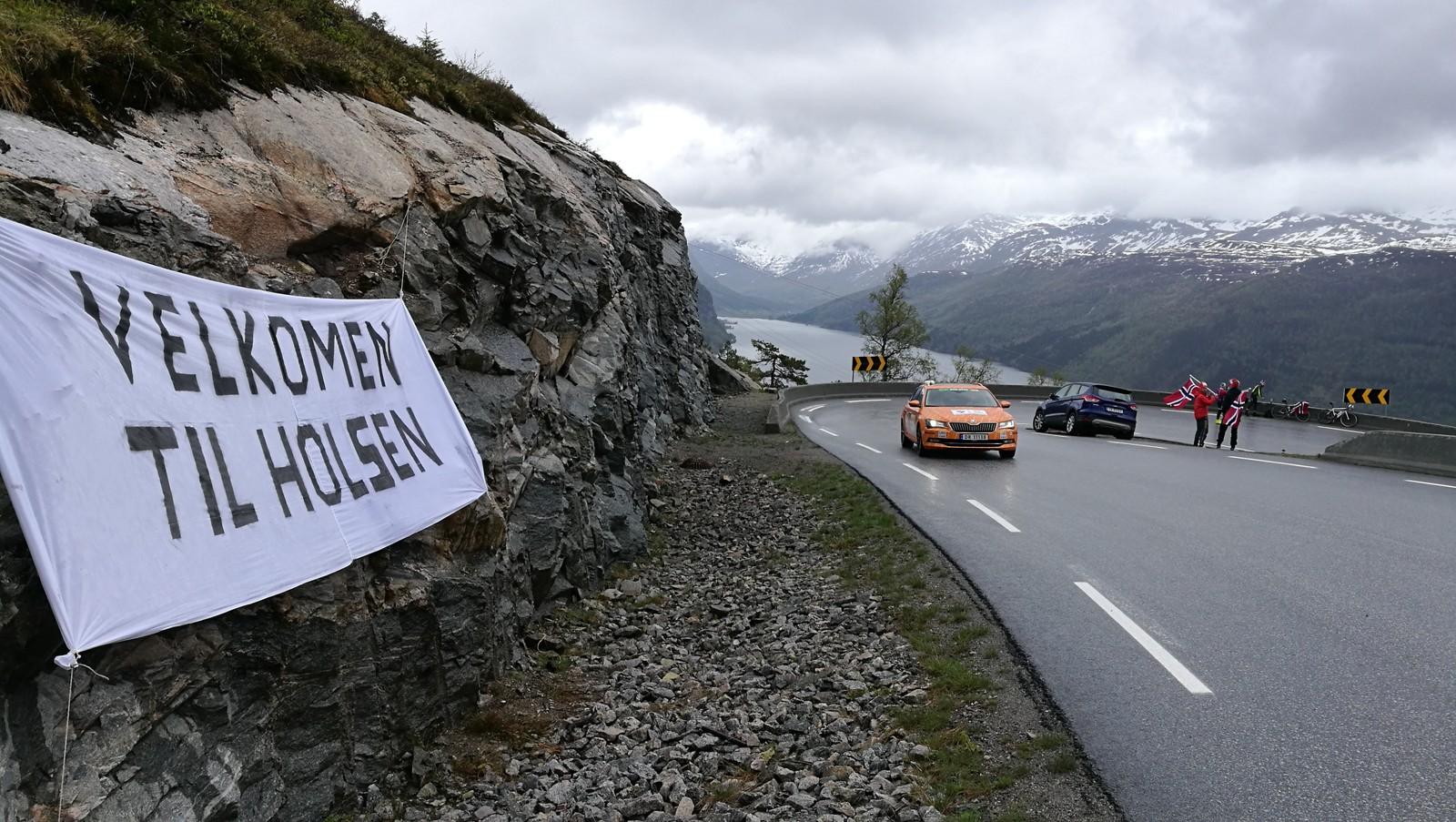 Velkommen til Holsen har bygdefolket skrive på eit stort banner på toppen av Røyrvikfjellet.