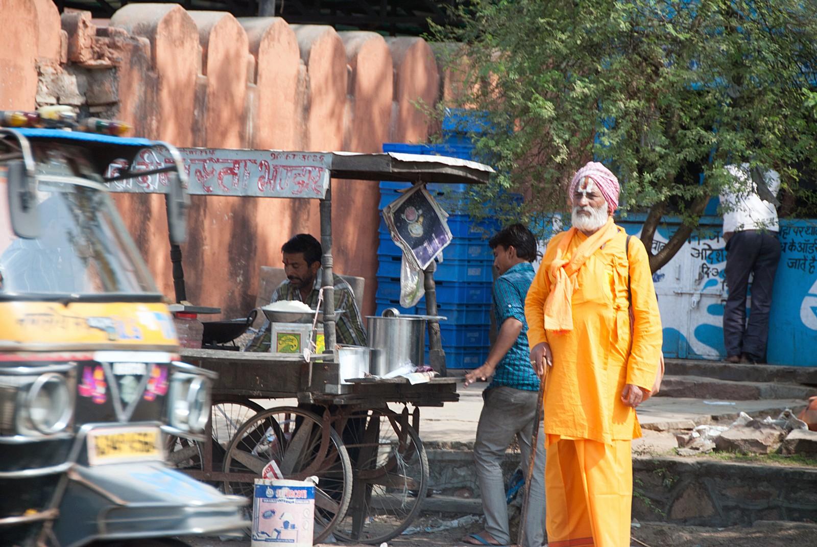 Glimt av gatelivet Virat Nagar under vår leting etter veien.
