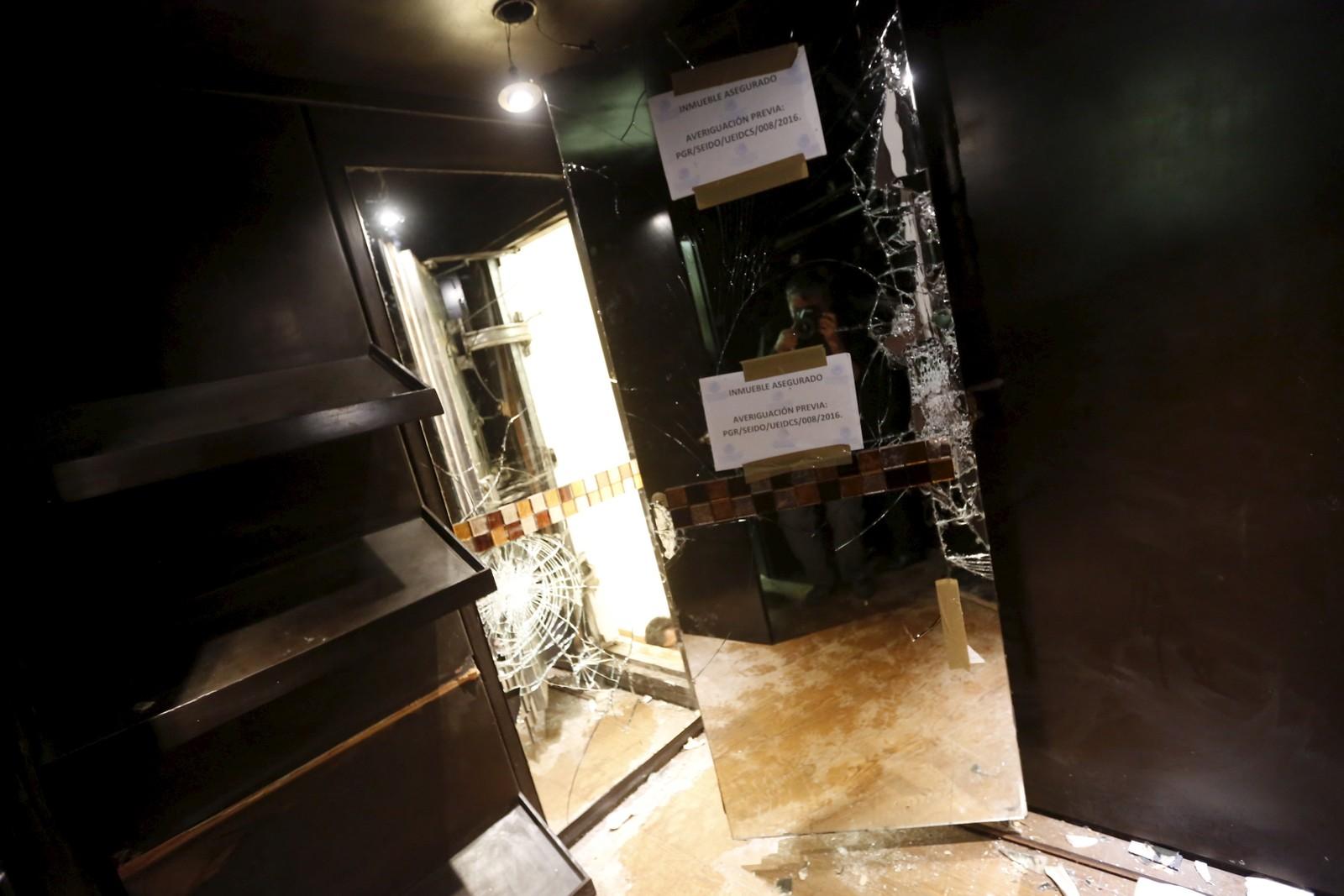 Bak denne speildøra var det en hemmelig luke som ledet til en tunnel under huset.