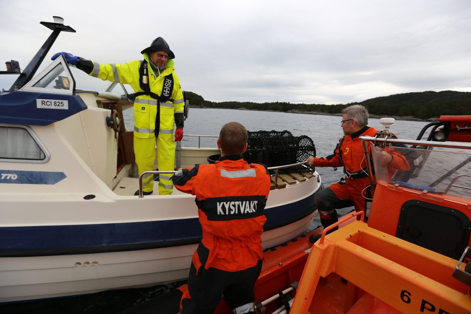 INSPEKSJON: Pensjonist og hobbyfisker Gunnar Bruarøy (til v.) fra Lepsøy er glad for at kystvakten foretar rutinekontroller i hummersesongen.