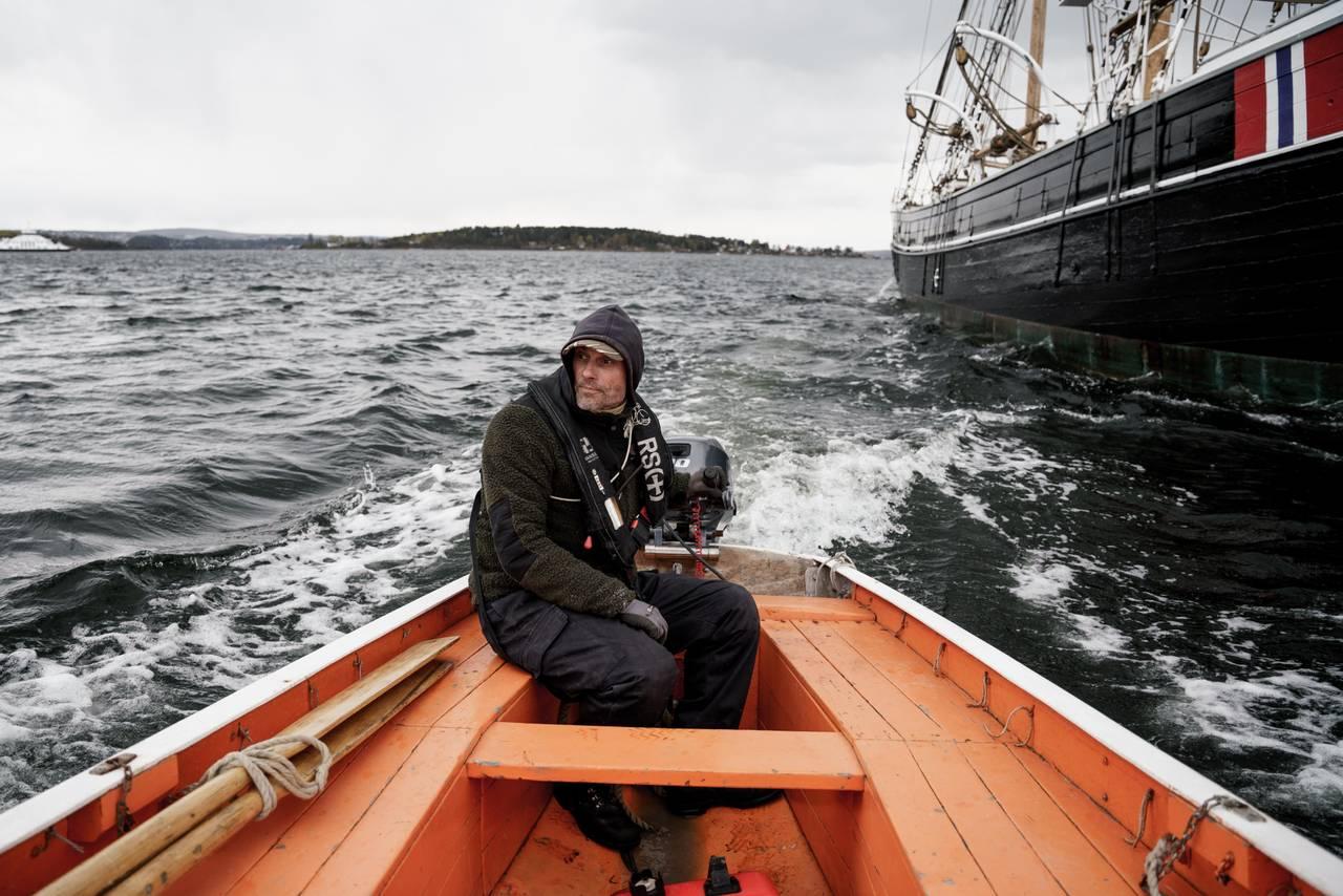 Knut Olav i livbåten på vei bort fra Svanen