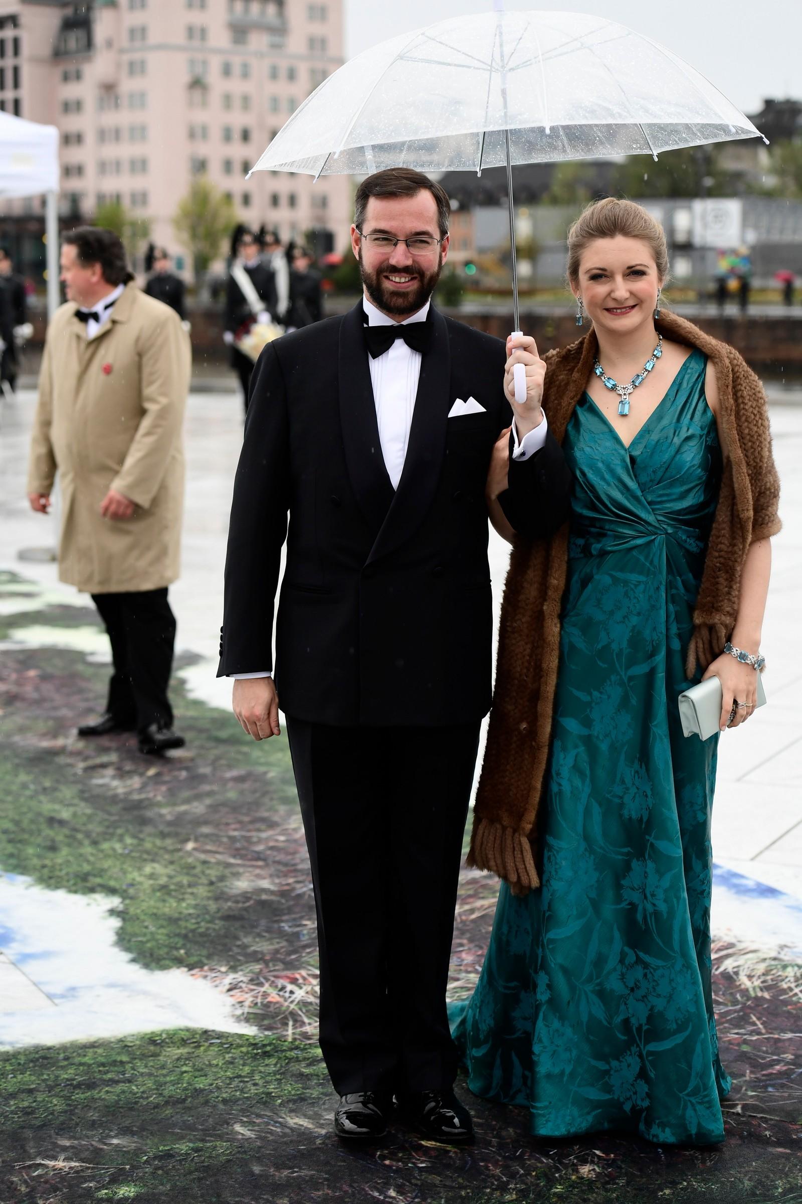 Arvestorhertug Guillaume og arvestorhertuginne Stéphanie av Luxembourg ankommer Operaen.