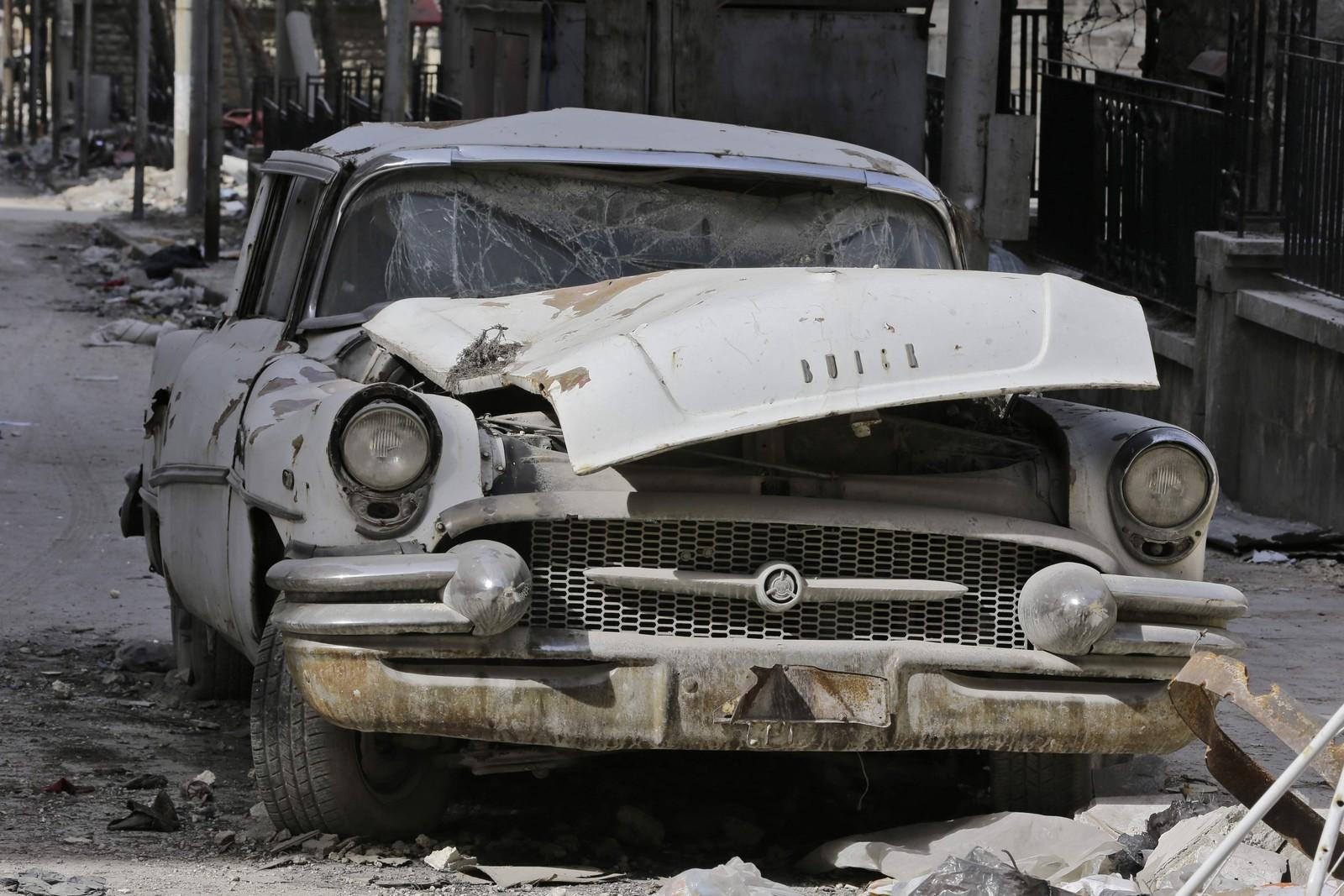 En Buick Super fra 1955 har fått smadret panseret.