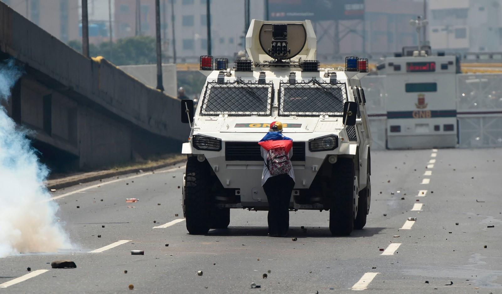 Denne kvinnen nektet å flytte seg for de pansrede kjøretøyene i Caracas, og hylles av opposisjonen.