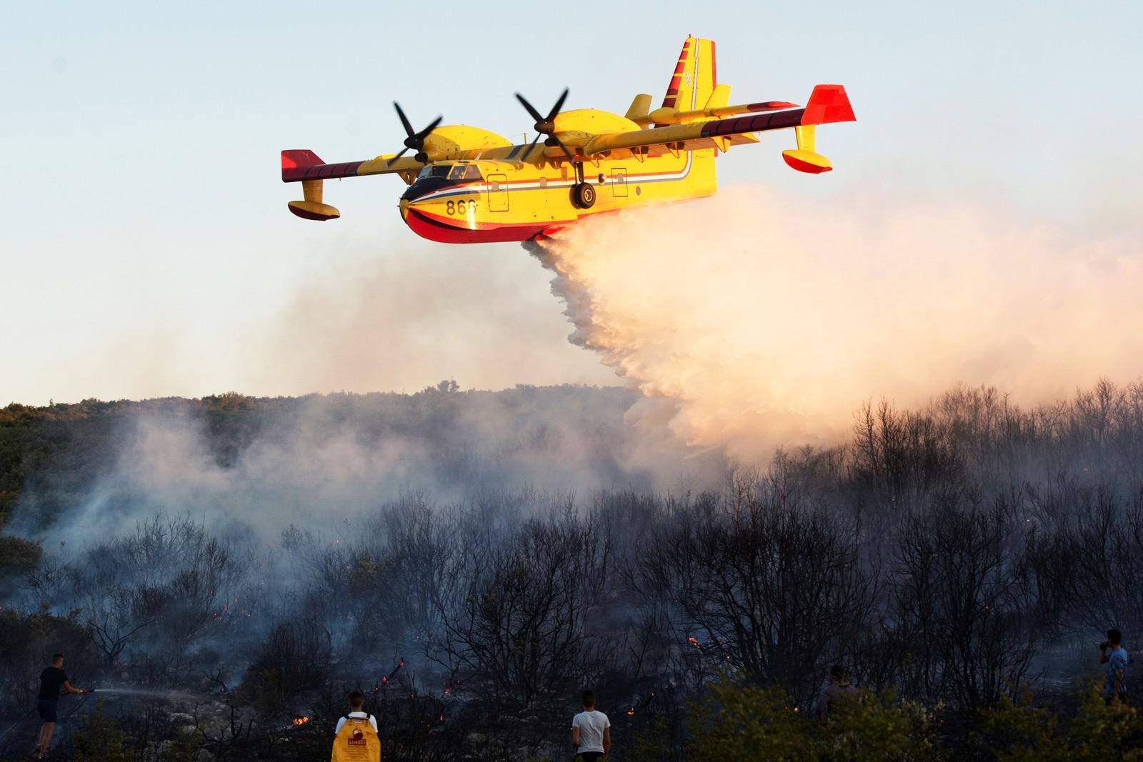 Skogbrannfly slipper sin last over en skogbrann ved Zadar i Kroatia.