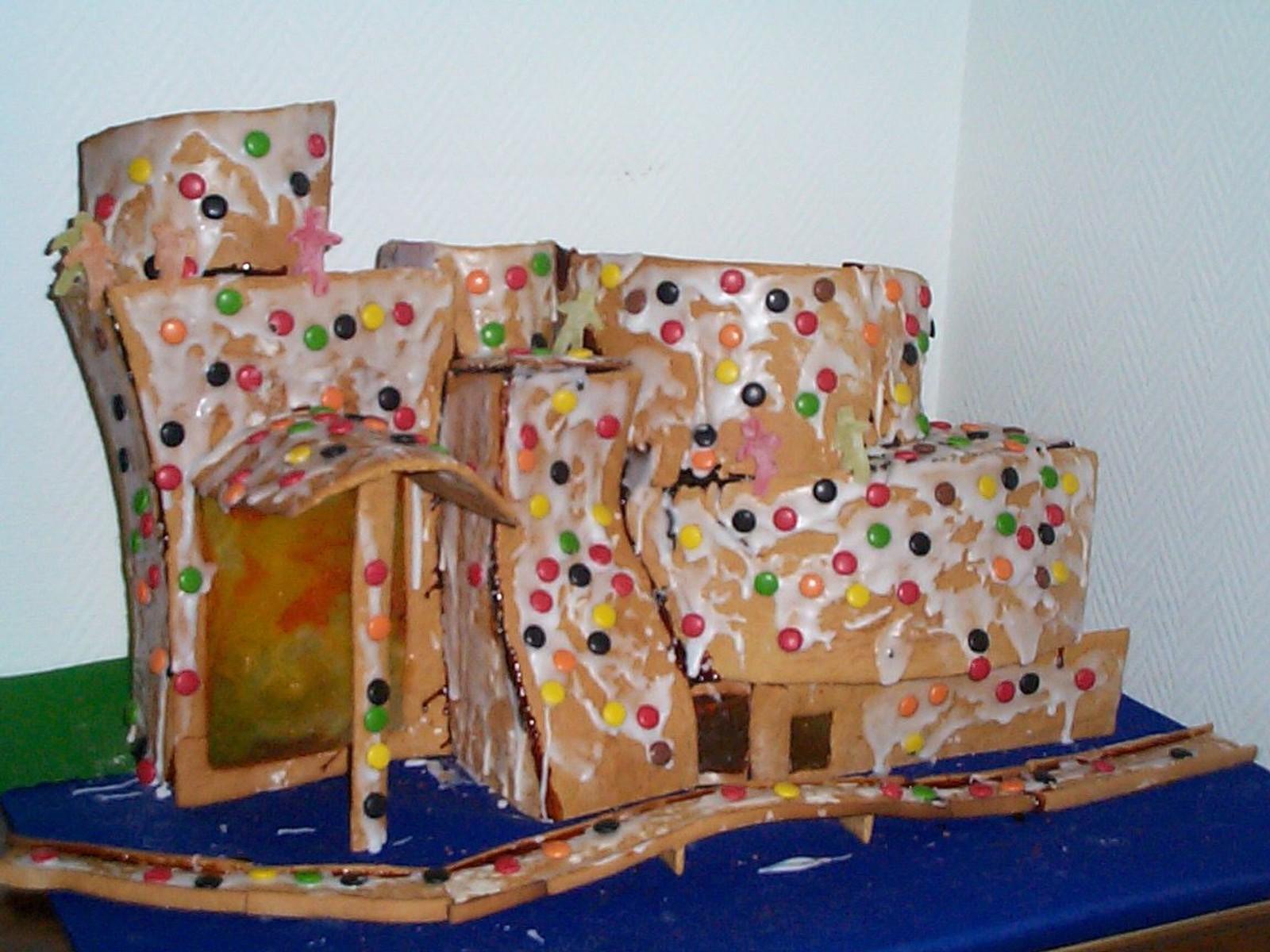 Jens Ingvald begynte å bake pepperkakehus rundt 1990. Han former fritt etter inspirasjon fra kjente bygg, her er Guggenheim-museet i Bilbao. – Du kan ikke holde på å knø for lenge med dette materialet før du svir fingrene.