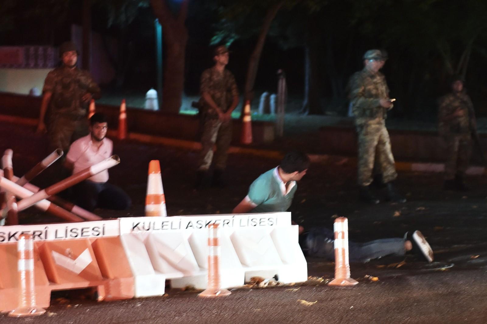 Tyrkisk politi ble anholdt av tyrkiske soldater, under kuppforsøket.
