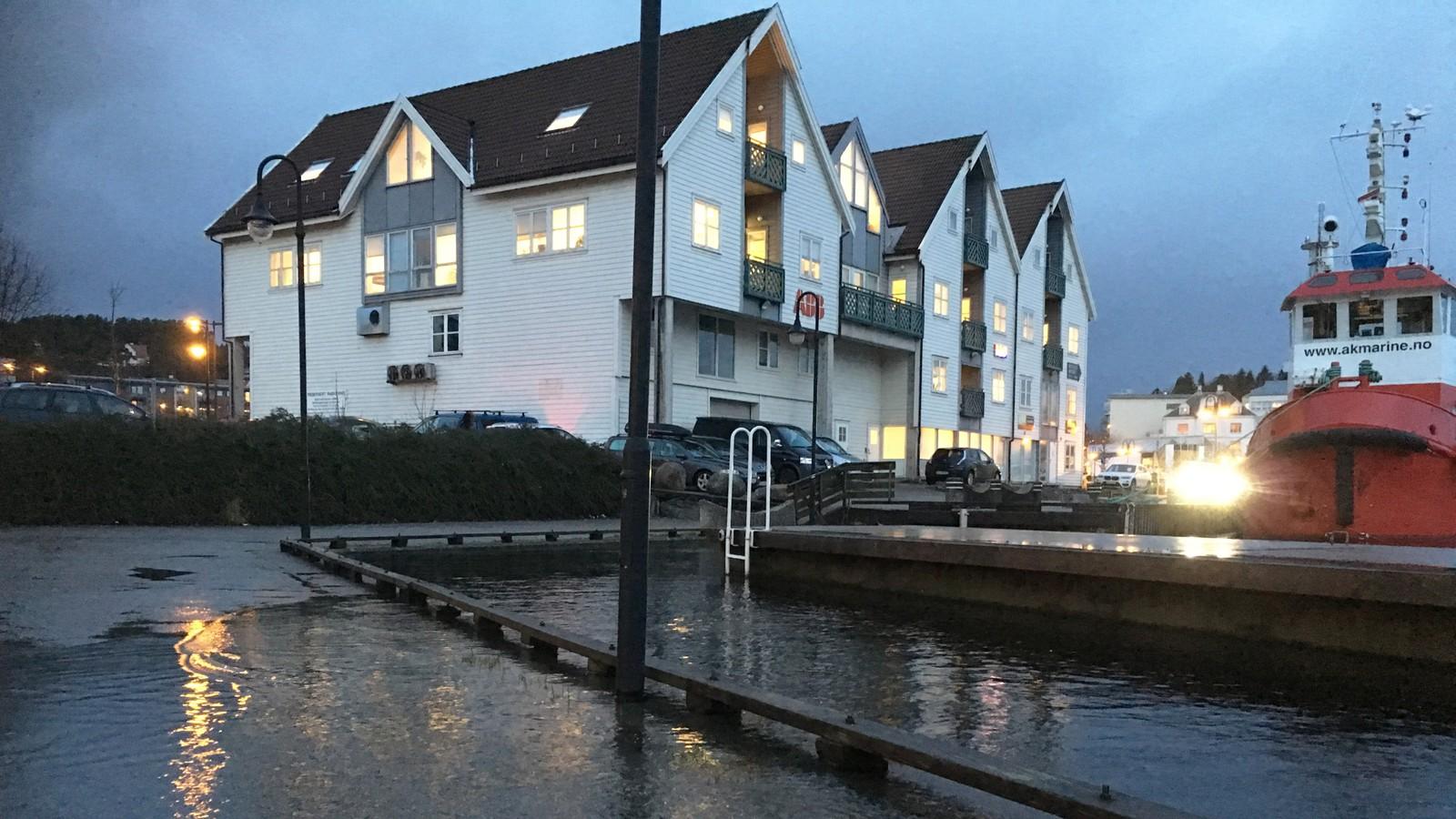 SKVULPER: Klokken 09 var det fortsatt et stykke igjen før vannet når over kanten av kaien på båthavnen i Leirvik på Stord.