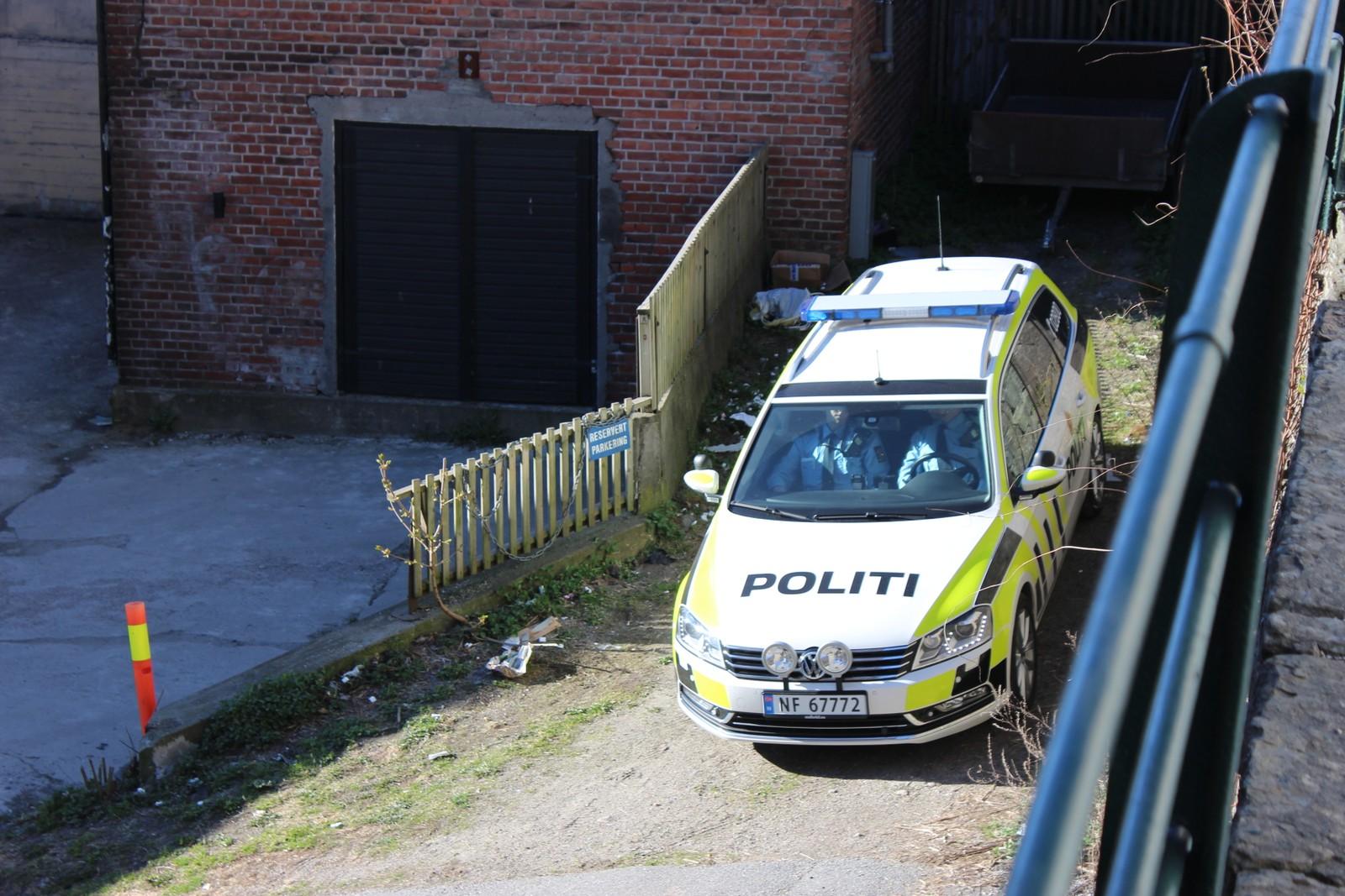 Politiet holdt vakt utenfor leiligheten tirsdag morgen.