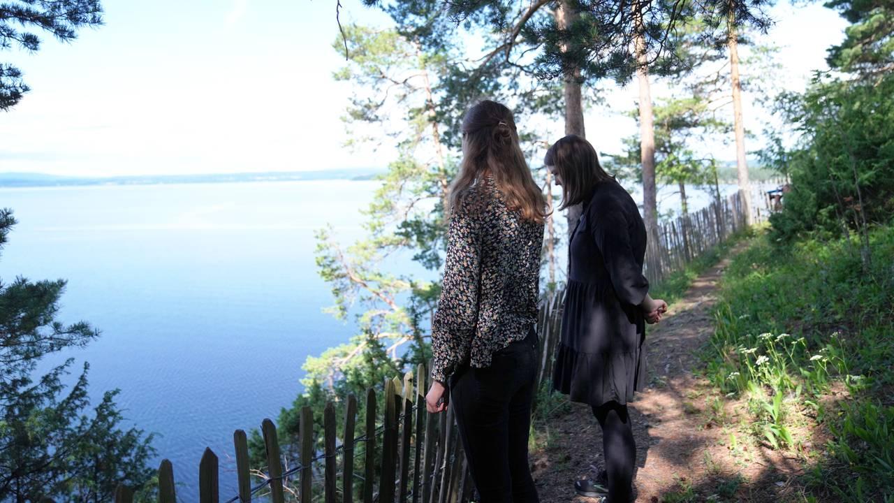 Gjerdet på Utøya. Ina Libak (t.v) Astrid Hoem (t.h)
