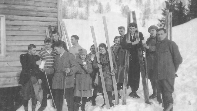 Skientusiastar framfor Kalsethytta i 1926. Hytta vart bygd av Førde Idrettslag.